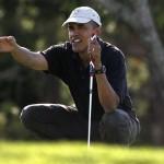 Tổng thống Barack Obama với cây gậy gạt dành riêng cho ông tại sân golf Farm Neck Golf Club trên đảo Martha's Vineyard, ngày 23 tháng 8. Hình chụp: Steven Senne/AP Photo