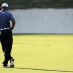 Tiger Woods đợi đến lượt gạt bóng ở đường 17. Hình chụp: AP