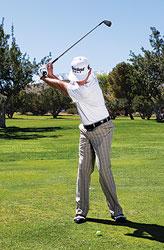 gay sat cham bong 1 Hướng dẫn đánh gậy sắt khi đánh golf (phần 3)