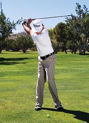 gay sat cham bong 2 Hướng dẫn đánh gậy sắt khi đánh golf (phần 3)