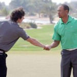 Rory McIlroy bắt tay Tiger Woods sau khi đã hoàn thành vòng đấu với 67 gậy. Hình chụp: Ross Kinnaird/Getty Images