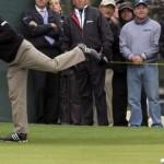 Tay golf từng 2 lần vô địch The Masters, Bernhard Langer đã dùng gậy gạt cán dài 15 năm. Dự thảo luật này được xem như bóp chết sự nghiệp của anh. Hình chụp: Ted Richardson/ AP