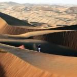 Luke Donald phát bóng trên đụn cát cao 75 của sa mạc Liwa, tại Abu Dhabi trước giải Abu Dhabi HSBC Golf Championship. Hình chụp: David Cannon/Getty Images