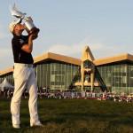 Donaldson với chiếc cúp Falcon Trophy. Hình chụp:  Kamran Jebreili/ AP
