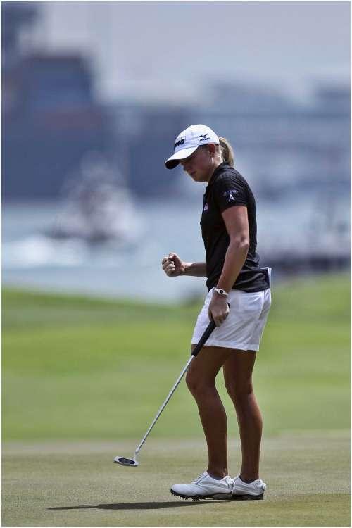 Stacy Lewis dẫn đầu vòng 2 với điểm -11, cách biệt 2 gậy so với nhóm về nhì. Nhưng sau vòng 3, cô phải chia sẻ vị trí với tay golf người Hàn Quốc, Na Yeon Choi. Hình chụp: Erlangga Tribuana