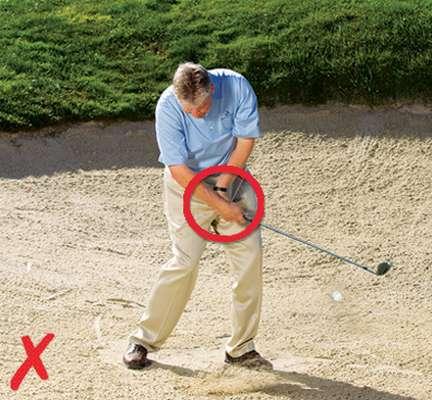 Lật mặt gậy khi đánh cát. Hình chụp: David Johnston