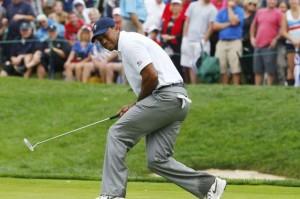 Tiger Woods gạt trượt trên green đường 14 trong trận đối đầu ấn định chiến thắng cho tuyển Hoa Kỳ. Hình chụp: Jeff Haynes/ Reuters