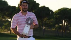 Tay golf người Pháp, Victor Dubuisson với chiếc cúp giải Turkish Open 2013 trên sân Montgomerie Maxx Royal Course. Hình chụp: Kaan Soyturk/AP Photo