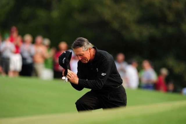 Gary Player đoạt áo jacket xanh đầu tiên vào năm 1961. Trong 52 lần tham dự The Masters, ông 3 lần trở thành nhà vô địch và trở thành tấm gương sáng trong suốt lịch sử môn golf. Player chào mọi người trong giải Masters cuối cùng của ông năm 2009. Hình chụp: Fred Vuich/SI
