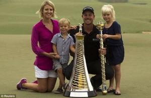 Gia đình chia vui cùng Henrik Stenson. Hình chụp: Reuters