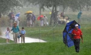 Dù ô luôn có trong túi golf của bạn nhưng nó không giúp được nhiều  khi mưa to và bạn phải dùng cả 2 tay để swing. Hình chụp: savannahnow.com