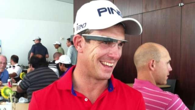 Billy Horschel dùng thử nghiệm kính Google tại giải Barclays 2013. Hình chụp: PGA Tour