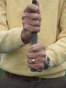 Cầm gậy với 2 tay cách một đoạn ngắn. Hình chụp: Docs Golf Tips