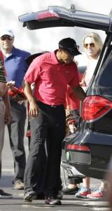 Woods cất túi golf và lấy đổ chuẩn bị rời khỏi sân Palm Beach Gardens, Fla sau khi bị chuột rút lưng và thi đấu thừa gậy tại vòng cuối giải Honda Classic 2014. Hình chụp: AP Photo/ Wilfredo Lee