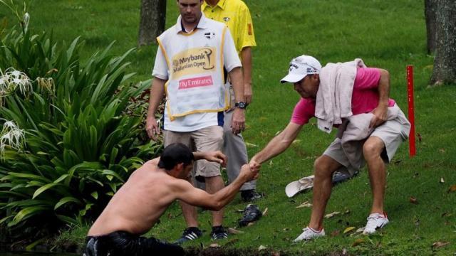 Tay golf 30 tuổi được kéo lên bờ. Hình chụp: AP Photo/Joshua Paul