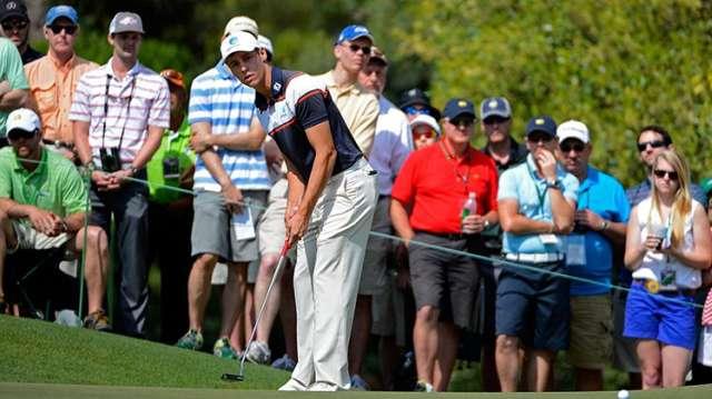 """Oliver Goss thực hiện cú gạt tại green đường 1. Tay golf người Úc này được vinh dự nhận giải """"Người chơi nghiệp dư có điểm số thấp nhất"""". Hình chụp: Charles Laberge"""