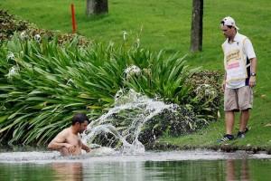Larrazabal phải nhảy xuống nước để tránh ong. Hình chụp: AP Photo/Joshua Paul