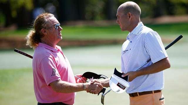 Tay golf dẫn đầu vòng 1, Bill Hass chúc mừng tay golf người Tây Ban Nha, Miguel Angel Jimenez tại green đường 18. Hình chụp: Sam Greenwood/Augusta National