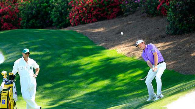 Brandt Snedeker chip bóng vào green ở đường 13. Hình chụp: Rob Brown/Augusta National