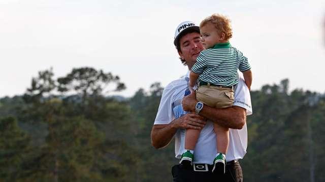 Watson và con trai Caleb ăn mừng chiến thắng. Hình chụp: Hunter Martin/Augusta National
