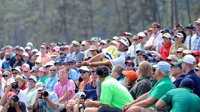 Nhà vô địch Masters, Bubba Watson đang có điểm số (-7), dẫn đầu sau 2 vòng đầu. Anh đang cứu bóng sau green đường 18. Hình chụp: Charles Laberge/Augusta National