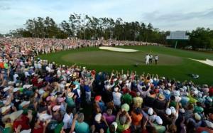 Watson chào người hâm mộ sau khi gạt thành công, ấn định chiến thắng trên green đường 18. Hình chụp: Rusty Jarrett/Augusta National