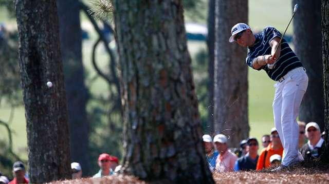 Ngay ở đường đầu tiên, Hunter Mahan đã phát bóng vào rừng. Hình chụp:  Sam Greenwood/Augusta National