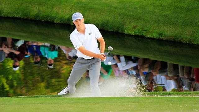 Jordan Spieth cứu được điểm par từ bẫy cát cạnh green đường 16. Hiện tay tay golf trẻ người Mỹ đang đứng vị trí đồng hạng 3. Hình chụp: Rob Brown/Augusta National