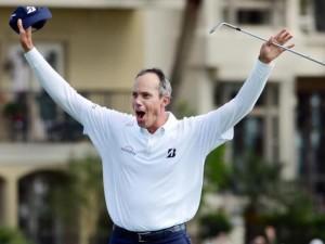 Kuchar ăn mừng chiến thắng sau khi thực hiện cú đánh cát thành công tại green đường 18. Hình chụp: AP