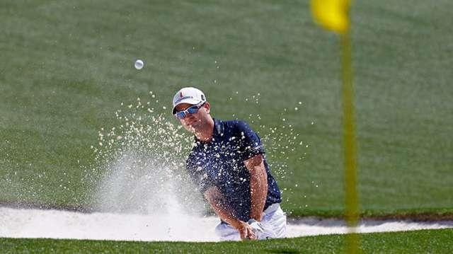 Zach Johnson cứu bóng khỏi hố cát cạnh green đường 18. Hình chụp: Hunter Martin/Augusta National