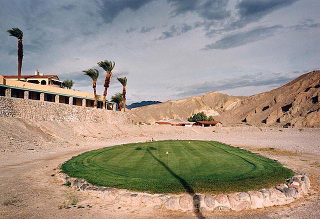 Green tập ở sân golf Furnace Creek. Hình chụp: Diane Cook