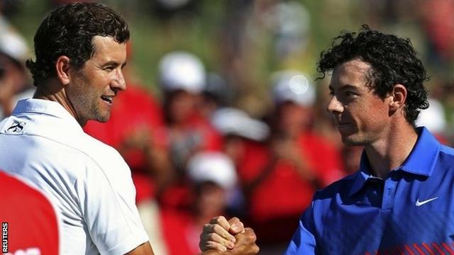 Adam Scott chúc mừng Rory McIlroy tại giải Australian Open. Hình chụp: Reuters