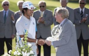 Jack Niklaus chúc mừng Hideki Matsuyama. Hình chụp: Greg Bartram/USA TODAY Sports